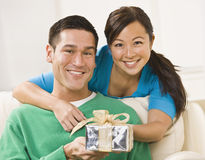couple holding present Στοκ φωτογραφία με δικαίωμα ελεύθερης χρήσης