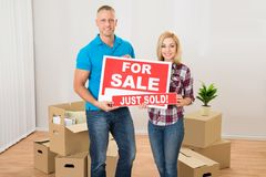 Couple holding sold sign Royalty Free Stock Photos