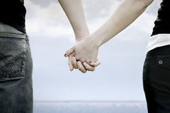 A couple holds hands i Royalty Free Stock Image