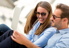 Couple on holidays with a laptop Royalty Free Stock Photos