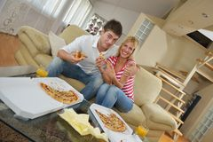 Couple at home eating  pizza Royalty Free Stock Photography