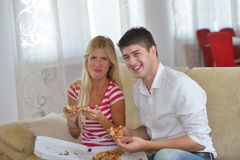 Couple at home eating  pizza Royalty Free Stock Photos