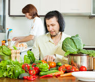 Couple   in home kitchen Royalty Free Stock Photography