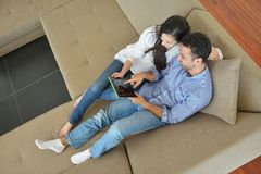 Couple at home using tablet computer Royalty Free Stock Photos