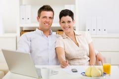 couple home working Στοκ εικόνα με δικαίωμα ελεύθερης χρήσης