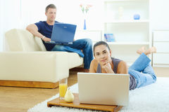 couple home working young Στοκ εικόνα με δικαίωμα ελεύθερης χρήσης