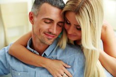 Couple hugging with eyes closed Royalty Free Stock Photos