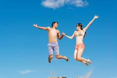 Couple jumping together Royalty Free Stock Photos