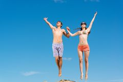 Couple jumping together Royalty Free Stock Images