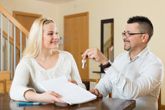 Couple with keys and documents Royalty Free Stock Images