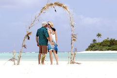 Couple kiss on Honeymoon Island Stock Images