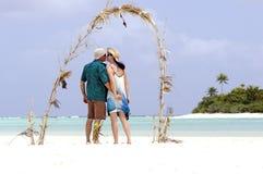 Couple kiss on Honeymoon Island. In Aitutaki Lagoon Cook Islands Stock Images