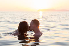 Couple kiss sea suset Royalty Free Stock Photos
