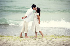 Couple kissing at the beach Royalty Free Stock Photos