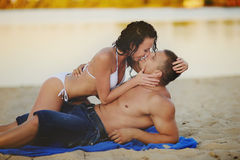 Couple kissing on the beach Royalty Free Stock Images