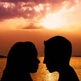 Couple kissing on the beach Royalty Free Stock Photos