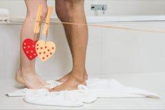 Couple la jambe dans la salle de bains à la maison Images stock