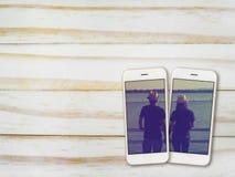 Couple la photo sur l'écran de smartphone sur le bois Photos libres de droits