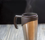 Couple la tasse thermo images stock