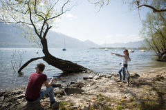 Couple by the lake on a sunny day Royalty Free Stock Photos