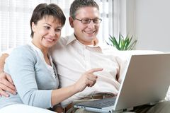 Couple on laptop Royalty Free Stock Photos