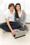 Couple with laptop Royalty Free Stock Photos