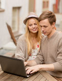 Couple with laptop in cafe Royalty Free Stock Photos