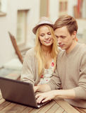 Couple with laptop in cafe Royalty Free Stock Photography