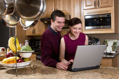 Couple with Laptop - Horizontal Royalty Free Stock Photos