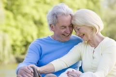 couple laughing outdoors στοκ εικόνα με δικαίωμα ελεύθερης χρήσης