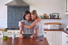 Couple lifestyle kitchen tablet Royalty Free Stock Photos