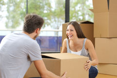 Couple lifting box moving home Royalty Free Stock Photos