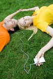 Couple listening to MP3 player Royalty Free Stock Image