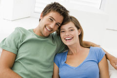 couple living room smiling Στοκ Φωτογραφία