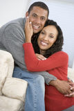 couple living room smiling στοκ φωτογραφία με δικαίωμα ελεύθερης χρήσης