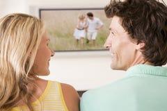 couple living room television watching Στοκ Εικόνες