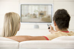 Couple in living room watching television Royalty Free Stock Images