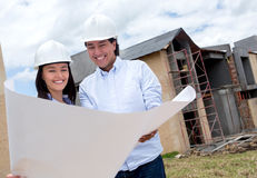 Couple looking at blueprints Royalty Free Stock Photos