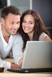 Couple looking at internet Royalty Free Stock Photos