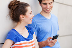 Couple looking at mobile phone Royalty Free Stock Photos