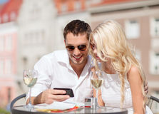 Couple looking at smartphone in cafe Royalty Free Stock Photos