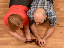 Couple looking at a tablet Royalty Free Stock Photography
