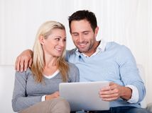 Couple looking at a tablet together Royalty Free Stock Photography