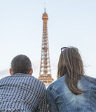 Couple looking to the Eiffel Tower Royalty Free Stock Photos