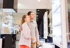 Couple looking to shopping window at jewelry store Royalty Free Stock Photos