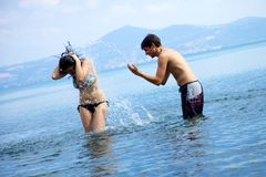 Couple in love having fun with water in vacation Royalty Free Stock Photos