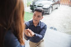 Young asian male propose Royalty Free Stock Photos