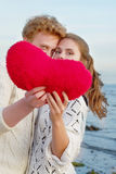 Couple of lovers hojding felt heart in Valentine day/ Sea cost o Royalty Free Stock Photography