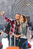Couple with luggage doing selfie Royalty Free Stock Photos