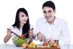 Couple making salad Royalty Free Stock Photography